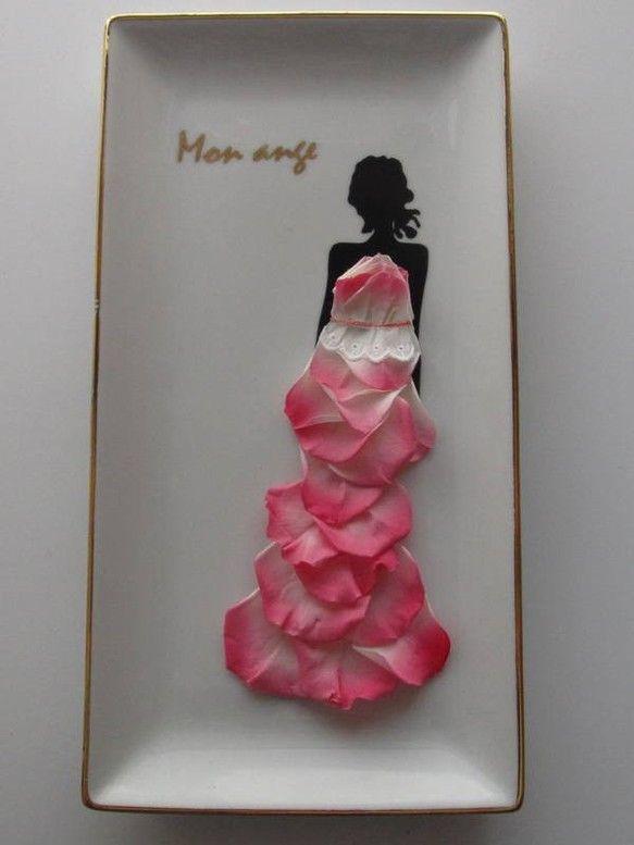 マーメイドラインが美しいドレスに包まれた花嫁さまがモチーフのアレンジです。このドレスはプリザーブドフラワーのバラ。花びら一枚一枚がピンク~白のグラデーションに...|ハンドメイド、手作り、手仕事品の通販・販売・購入ならCreema。