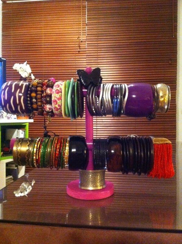Organizador de pulseras artesano, con materiales reciclados.