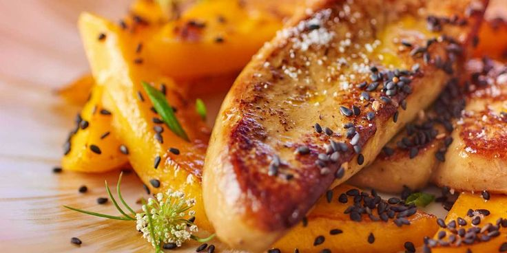 Foie gras poêlé à la mangue et sésame noir