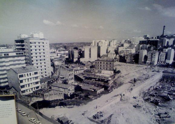 CALLE RAMON Y CAJAL ANTES DE CONSTRUIR EL CENTRO COMERCIAL 4 CAMINOS PERO PARECE QUE YA HABIAN EMPEZADO LAS EXCAVACIONES DE EL CORTE INGLES,MEDIADOS  DE LOS 80.