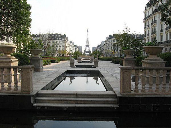 In Cina , Parigi é una città fantasma  In Cina, i progetti immobiliari sono fatti per  essere dimenticati. Il più iconico è una riproduzione di Parigi, in un quartiere della città di LinPing.  C'era qualcosa in questa Parigi che sorprende . Le dimensioni, l'ubicazione degli edifici in rapporto alla Torre Eiffel.