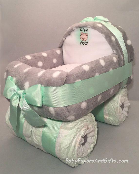 Cadeau idéal pour un nouveau bébé ou un magnifique centre de table pour Shower de bébé.  Ce beau gâteau de couches de transport est construit à partir 54 couches taille 1 Couverture en 1 Polar 1 couverture de réception 1 bavoir.  Gâteaux peut être faits pour garçon, fille, ou nous pouvons utiliser votre couleur préférée.  Ce gâteau est environ 14 de Long, 10 de large par 12 de haut.  Chaque gâteau est servi en tulle attaché avec un ruban de prime...  S'il vous plaît laissez-nous savoir que…