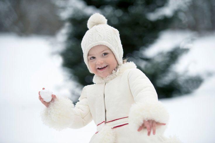 Берегись! Принцесса Эстель о том, чтобы бросить снежок на одной из новых фотографий с ней, опубликованном сегодня в Королевском суде Швеции.