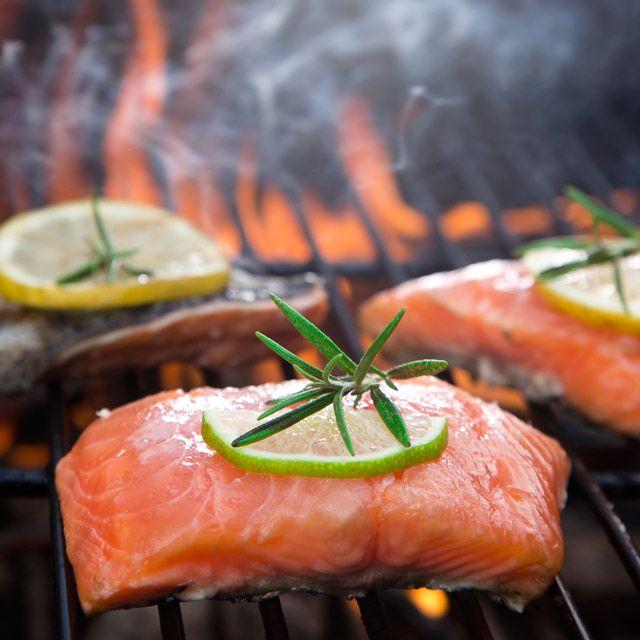 So gelingen Thunfisch, Garnelen, Dorade, Tintenfisch, Hummer, Forelle, Austern und Co.: eine Grillanleitung zum Grillen von Seafood.