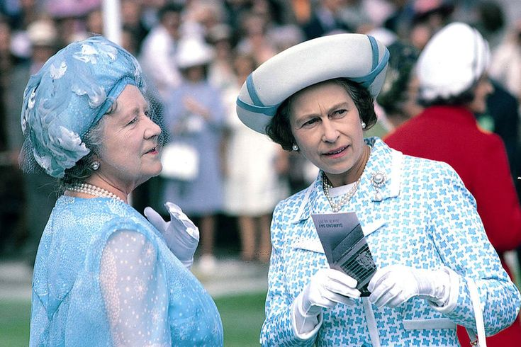 La reine Elizabeth II avec la reine-mère Elizabeth à Ascot (1975)