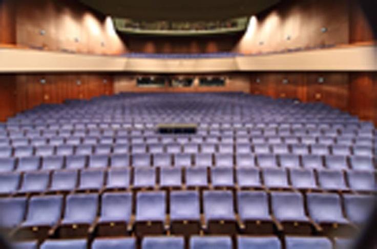 Großes Haus Zuschauerraum    Das Große Haus bietet alles, was das Herz eines Theaterfreundes begehrt: große Schauspiele, opulente Musiktheaterinszenierungen und anregendes Tanztheater. Schauspiel- und Musicalproduktionen werden mit dem eigenen Ensemble erarbeitet. Hochkarätige nationale und internationale Gastspielproduktionen im Bereich Oper, Operette und Tanz runden den Spielplan ab, sodass das Theater Heilbronn die gesamte Vielfalt eines Drei-Sparten-Theaters im Programm hat. Die große…