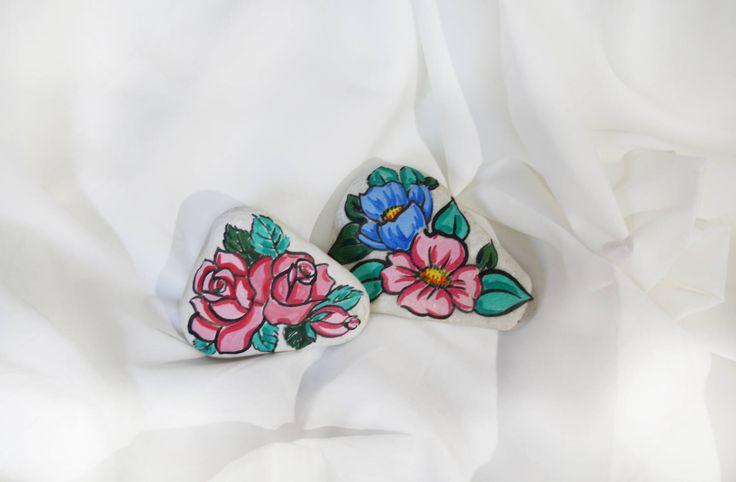 Sassi dipinti floreali colorati oggetti decoro casa marmo di Carrara fiori rosa azzurri pitturati a mano rose pietre soprammobili idea regal di soniacrea su Etsy https://www.etsy.com/it/listing/521330633/sassi-dipinti-floreali-colorati-oggetti