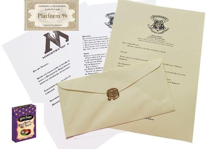 Agora você não precisa mais esperar a coruja, nós enviamos pelos Correios para você!! São 3 produtos neste kit Carta de aceitação de Hogwarts A carta poderá ser padrão em nome do Sr. Harry Potter no quarto debaixo da escada, ou personalizada em seu nome, ou no nome da pessoa que desejar presentear. São 3 itens que acompanham a carta, a lista de material para Hogwarts, uma carta do Ministério da Magia e um envelope lacrado com o brasão de Hogwarts. Cor do lacre vermelho. Idioma Português ou…