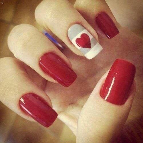 Uñas rojas, con detalle de corazón, blanco con gris. Decorado fácil y sencillo.