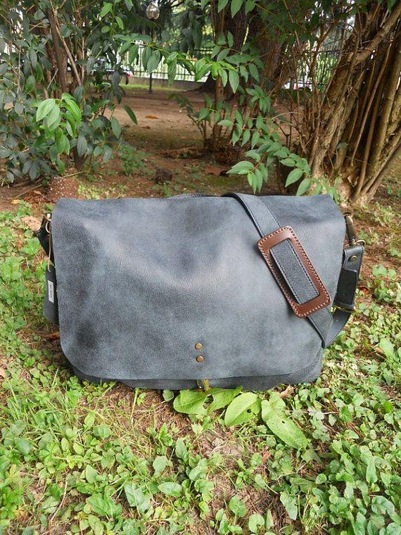 Bellissima borsa a tracolla con pellame lavorato in modo tale da sembrare usurato, nata per luomo ma ormai molto apprezzata e usata dalle donne. Variante in colore Blu.