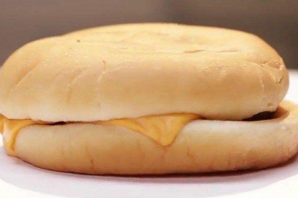 Le site Buzzfeed a laissé des hamburgers issus de sept fast-foods différents pourrir dans un bocal, dans les mêmes conditions, afin d'en tirer des conclusions.La suite sur mrmondialisation.org