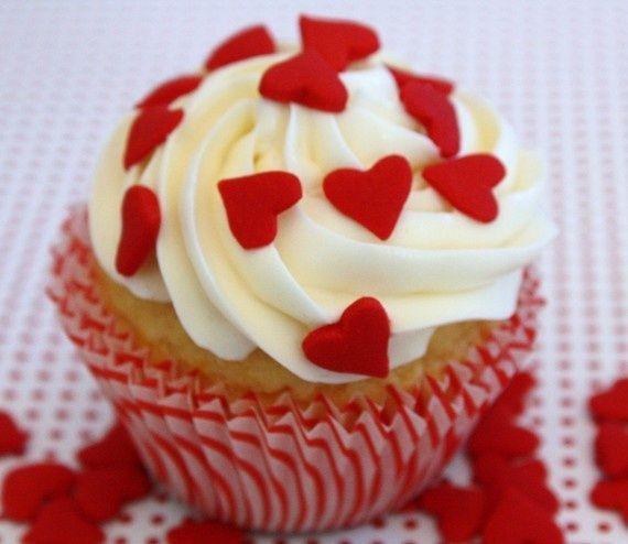 Receta de cupcakes de San Valentín con pequeños corazones y una cobertura chantilly