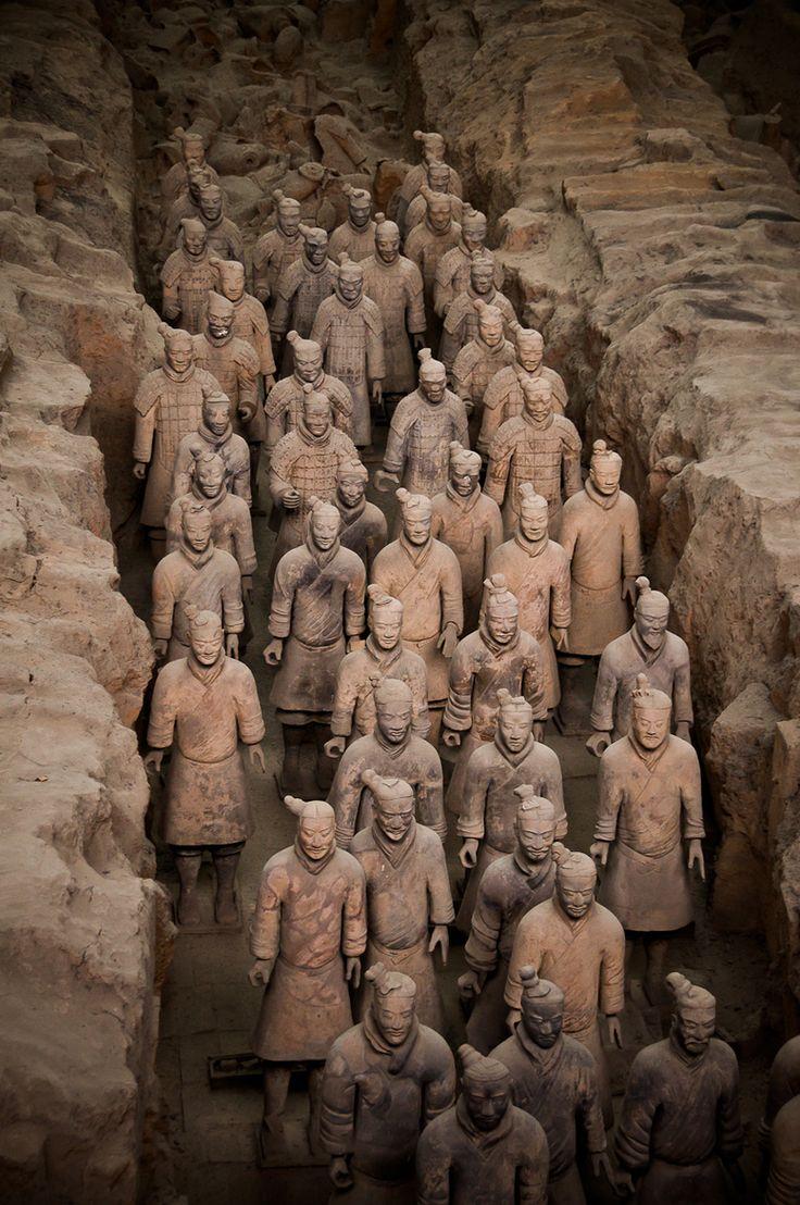 Terracotta Warriors, Xian, China. Colección de esculturas de terracota que representan a los ejércitos de Qin Shi Huang, primer emperador de China. forma de arte funerario enterrado con el emperador en 210 - 209 aC cuyo propósito era proteger al emperador en su vida futura. estimaciones que en los tres pozos que contienen el ejército de terracota había más de 8.000 soldados, 130 carros con 520 caballos y 150 caballos de caballería, la mayoría de los cuales todavía están enterrados en las…