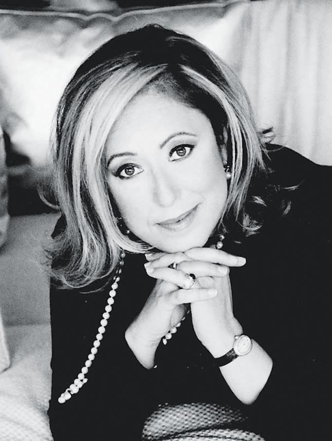 Η Ιουστίνη Φραγκούλη, η διεθνής λογοτέχνης μας, έγραψε το νέο της best seller «Ξυπόλητες στην άμμο» - Οι συμμαθήτριες της Λευκαδίτισσας Top Woman έβγαλαν τα «ψηλά τακούνια»...