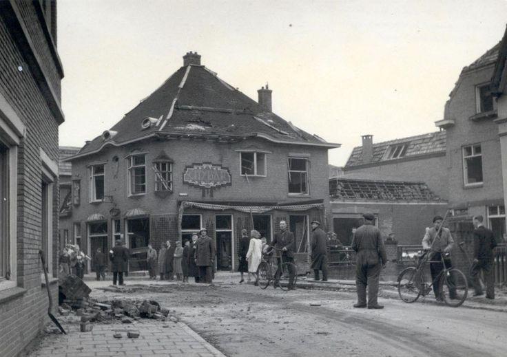 Almelo. Brug in de Adastraat Holtjesstraat. Geheel links het pand van Buddingh. In het midden cafe City Bar. Rechts de Tuinstraat.