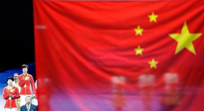 10日、卓球の女子シングルス表彰式で掲げられた中国国旗。小さい星が水平に並び、間違ったデザインとなっている(AP)