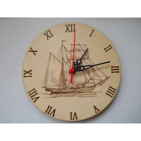 Brigantin vitorlás hajó mintájával pirogravírozott ajándék falióra