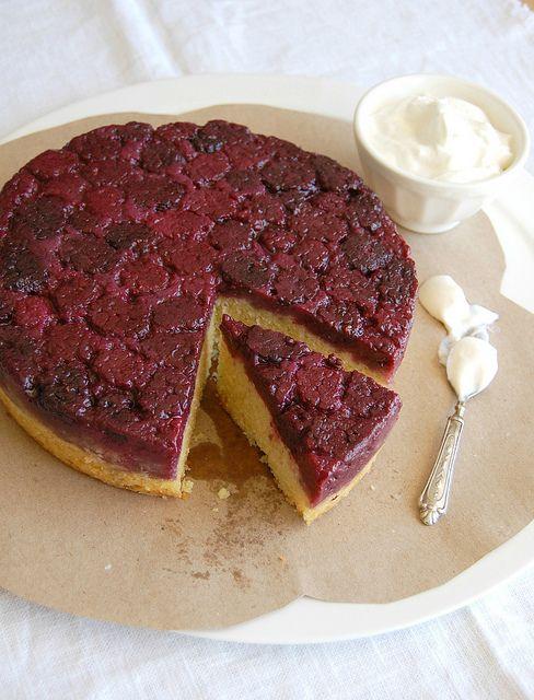 Blackberry and almond upside down cake / Bolo invertido de amêndoa e amora by Patricia Scarpin, via Flickr