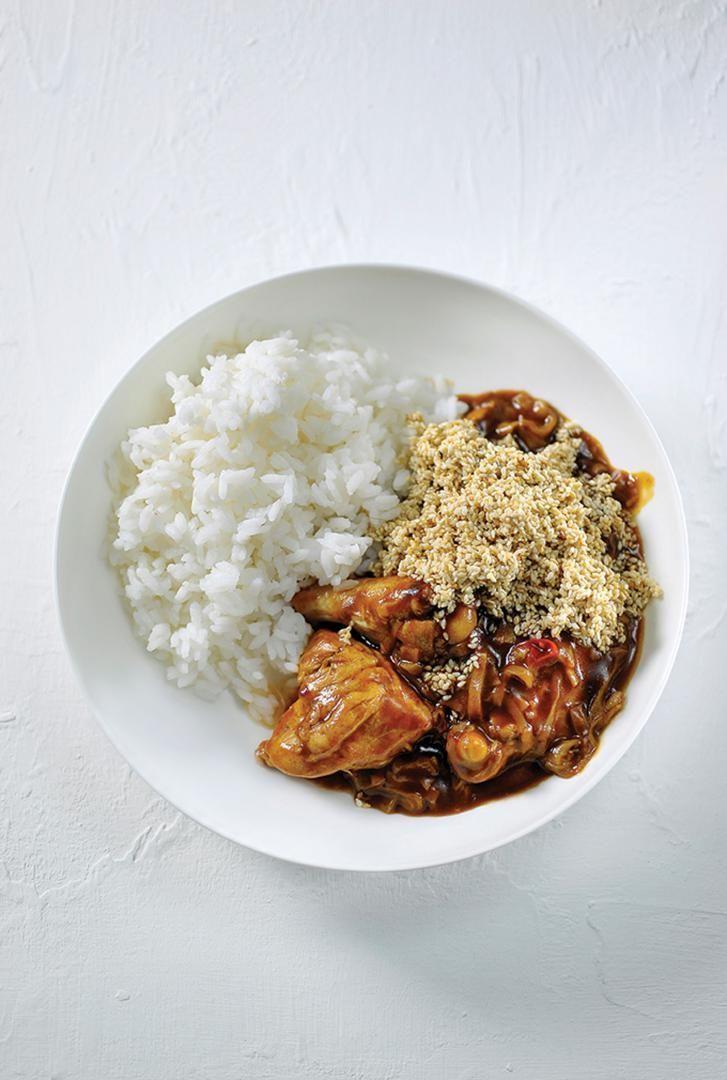 Bereiden:Begin met het proportioneren van de kip. Snij ze in 8 stukken (filet, vleugels, …) en hou deze even apart. Snij vervolgens het kippenkarkas in stukken en maak er een kippenbouillon van. Smelt een klontje boter in een kookpot, voeg de stukken kippenkarkas, een wortel, een preiwit en een stengel selder toe. Breng op smaak met laurier en tijm. Laat even stoven. Zet vervolgens de groenten en de kip onder met koud water en breng aan de kook.