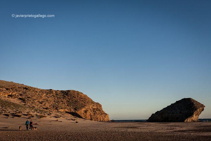 Decir que la playa del Monsul, a 4 km de la localidad de San José (Almería), es una playa de cine no es ninguna metáfora. Ha sido el escenario... www.siempredepaso.es.  To say that the beach Monsul, 4 km from the town of San José (Almería) is a beach movie is no metaphor. www.siempredepaso.es