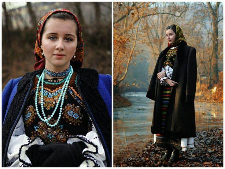 Mocod, Bistrita Nasaud. Tablouri vii.  Costum de fata tanara (cu albastru) si costum de femeie maritata.  Fotografii de Silvia Floarea Tóth.