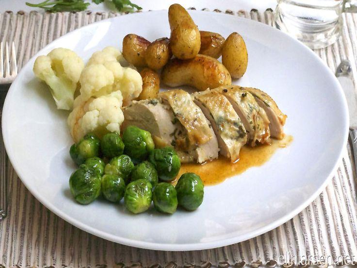 Helstekt sitron- og persillefylt kylling med ovnsbakte småpoteter og kyllingsaus - Elin Larsen