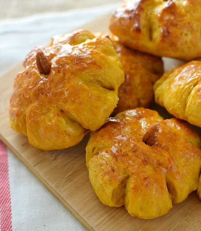 Pan de calabaza (auyama), se amasa con el puré de calabaza; se pincelan con miel al salir del horno para darle brillo y suavidad a la corteza.