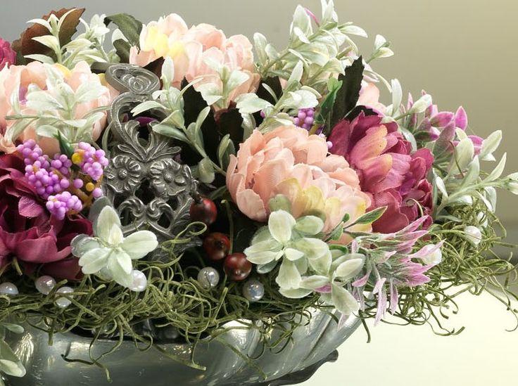 Vaso portafrutta ovale in peltro arricchito con peonie viola e rosa, bacche e perline bianche Ovale, misura 30x18x18