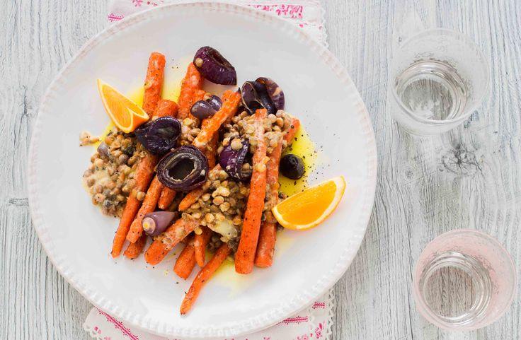 Recept på rostade morötter med lins- och apelsindressing. Den rostade smaken på morötterna är god ihop med apelsinen.