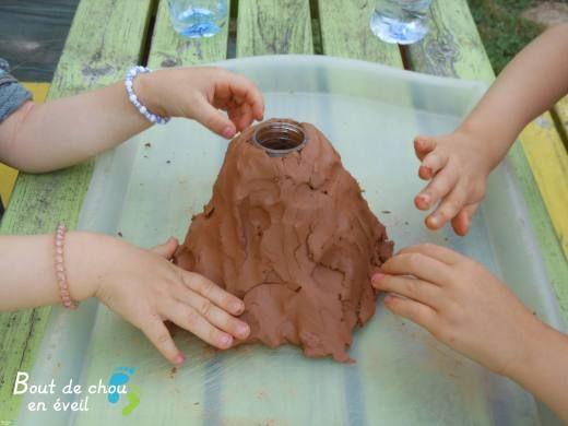 Activité Montessori : fabriquer un volcan | Bout de chou en éveil
