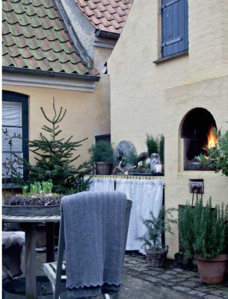 HER ER ᏠULEN HELT NATURLIᎶ | Signe Nellemann Bruun elsker naturen. Og som blomsterbinder nyder hun at arbejde med naturens egne materialer, især op til jul. Så pynter hun sin enkle nordiske indretning op med gran, kogler, mos og nøgne grene. I den lille lukkede gårdhave er der både åbent ildsted og hyggeligt udekøkken, som Signe slet ikke har kunnet lade være med at pynte op med sine egne naturlige dekorationer. Perfekte omgivelser til varm chokolade, gløgg og æbleskiver.