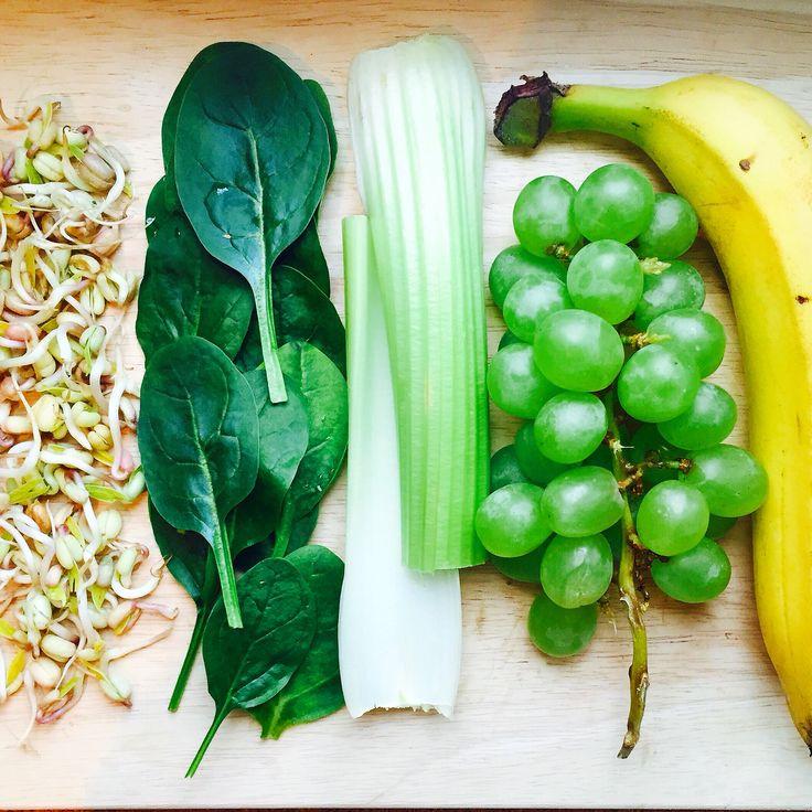 Проростки — утренняя еда. Если вы примите их во второй половине дня или перед сном, не сможете заснуть из-за сильного стимулирующего эффекта.  Больше про проростки читайте тут: https://instagram.com/p/04u5yMHzL9/   #healthy #healthyhop #smoothie #banana #sprouts #mungbean #spinach #celery #grapes #маш #проростки #шпинат #банан #виноград #сельдерей