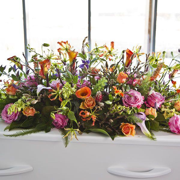 Rouwarrangement Special Bolletje. Bijzondere rouwarrangementen in verschillende vormen of met een symbolische betekenis, bij Afscheid met Bloemen vindt u het allemaal. In de rouwarrangementen gebruiken wij grote, bijzondere bloemen, altijd uit het seizoen. Gemaakt door Afscheid met Bloemen.