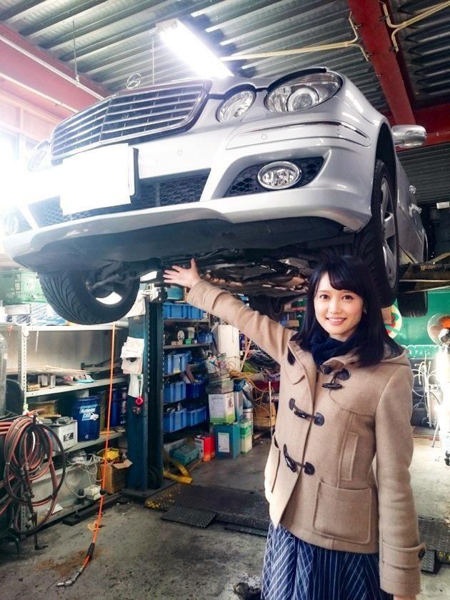 大澤亜季子です。頭上に車、少しインパクトがある写真ですが…実はここは車の整備工場。今回のトレたまは、整備工場ならではの製品ではなく、社長の趣味と細かいこだわりが詰まったもの。ズボラな私はただただ呆然とするような細かさです! #wbs