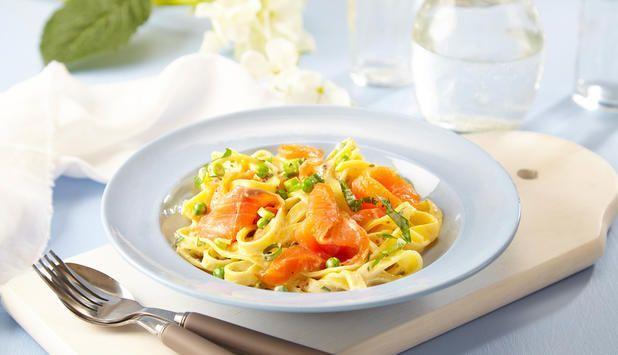 Røkt ørret egner seg minst like godt til middag, som på brødskiven til frokost. Her har vi brukt røkt ørret i en kremet pasta med vårløk og persille.