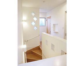 賑やかな雰囲気の2階の階段廻りです。 正面の壁にはガラスブロックを埋め込みました。