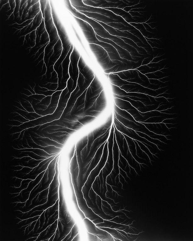 Hiroshi Sugimoto Lightning Fields 225, 2009 stampa ai sali d'argento, 58,4x47 cm courtesy l'artista