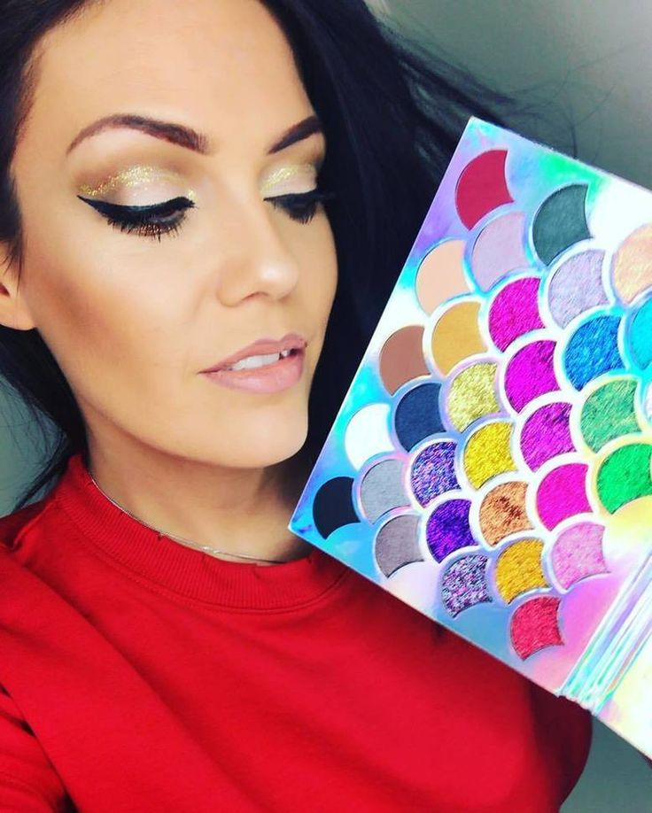 @christina_stewart_lashloveLoving the @cleofcosmetics Mermaid  Palette... a girl cant have too much glitter   #cleofcosmetics #wakeupandmakeup #unicorn #eyeshadow #glitter #eyeshadowpalette #motd #ootd #makeupandbeauty #werk #slayoftheday #makeupmouth #makeup