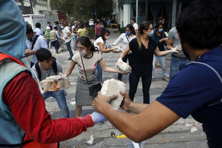 Los voluntarios recogen los escombros de un edificio que se derrumbó durante un terremoto en el barrio Condesa de la Ciudad de México.