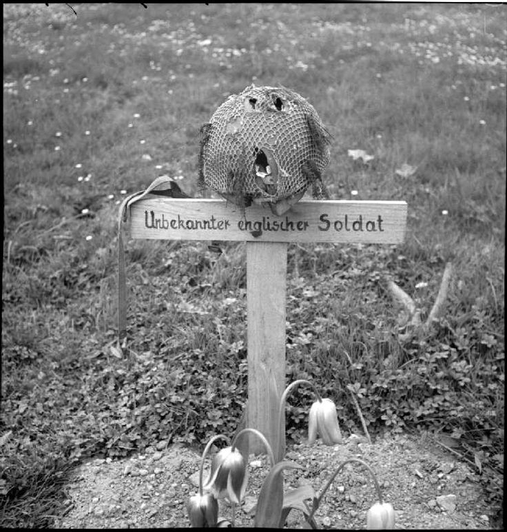 Grave of an unknown British paratrooper buried by German ...