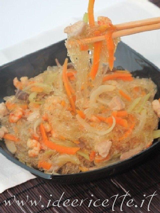 Spaghetti di soia con verdure, gamberetti e maiale in padella con bacchette
