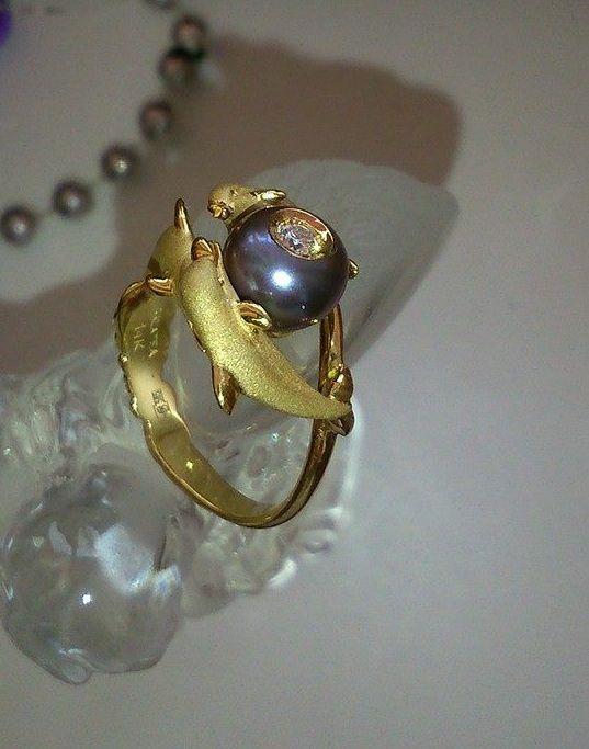 Кольцо является символ вечности, три дельфина приносят счастье и удачу, а бриллиант 0.08 карата в речной жемчужине усиливает красоту и женскую энергию. (золото 585 пробы) Цена: 144 800 руб. 
