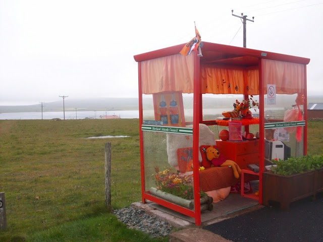 7 SIGHTS OF THE SHETLAND ISLES  - THE COSIEST BUS STOP IN THE WORLD / LA MAS CONFORTABLE PARADA DEL BUS EN EL MUNDO!  - ISLAS SHETLAND  GO TO www.edwhatamidoinghere.blogspot.com to see more photos of this wonderful place!