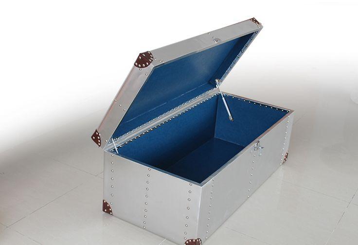 Открывающаяся верхняя крышка у журнального стола в стиле лофт с синей обивкой внутри металлического каркаса