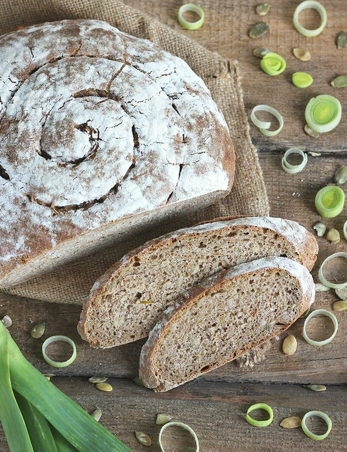 Chleb na zakwasie z karmelizowanym porem i pestkami