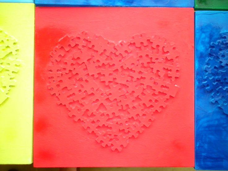 Plankje voor Vaderdag (pas vernist, vandaar de natte plek) met hartje gemaakt uit puzzelstukjes