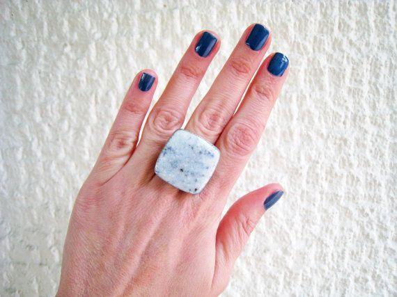 Marmeren stenen ring ring hars van de witte ring. Steen door xroma