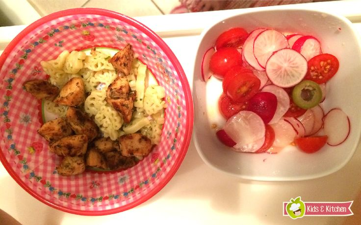 Para o almoço ou jantar: Macarrão com Frango e Saladinha