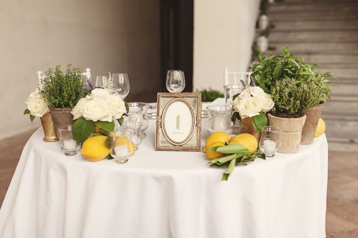Lemon and aromatic plants for an elegant wedding centerpiece, flowers decor by Le Petit Jardin, planning and coordination by ilbiancoeilrosa your wedding in Tuscany. Credit: Giuseppe Giovannelli Photographer #matrimoniointoscana #weddingintuscany #matrimoniomediterraneo #weddingplannerlucca #weddinginlucca