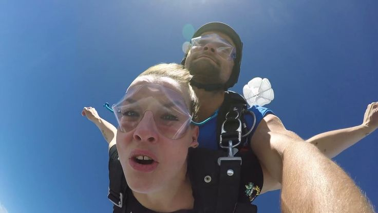 Fallschirmspringen Bayern mit Edi Engl. Ein Tandemsprung ist das Erlebnis mit Adrenalin-Kick. Ein Fallschirmsprung nähe Regensburg und München.